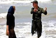 زن بد حجاب در دریا
