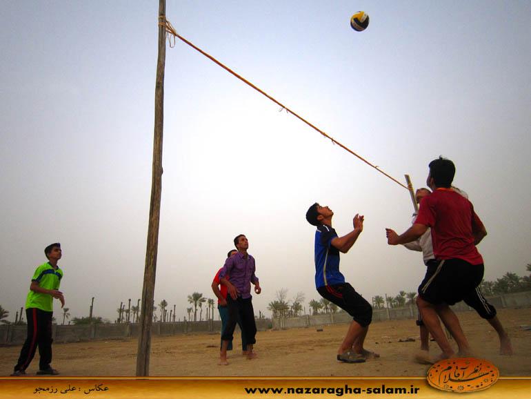 بازی والیبال جوانان نظرآقا در زمین خاکی