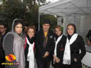 عکسی از بابا اتی در میان هواداران دختر | WwW.BestBaz.RzB.Ir