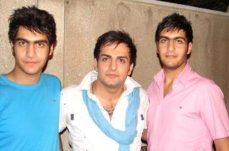 عکس حامد کمیلی در کنار برادران دو قلویش   بست باز BestBaz