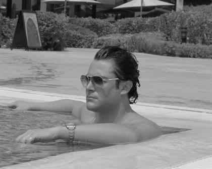 محمدرضا گلزار در استخر منزلش در حال شنا | WwW.BestBaz.RzB.Ir