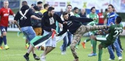 حمله به فوتبالیست های اسراییلی در اعتراض به جنایات غزه