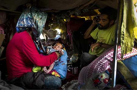 (تصاویر) تولد نوزاد معتاد کنار اتوبان