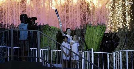 عکس/ «یانگوم» مشعل بازیهای آسیایی را روشن کرد