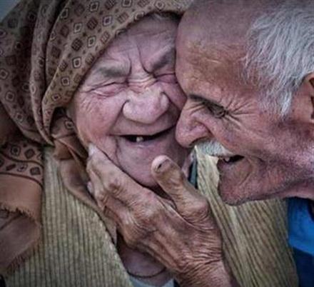 عکس عاشقانه پیرمرد و پیرزن