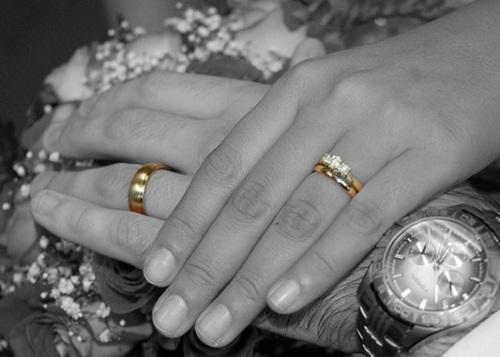 چرا حلقه ازدواج باید در انگشت چهارم قرار بگیرد ؟