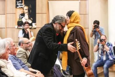 بوسه یک زن بر پیشانی کارگردان ایرانی