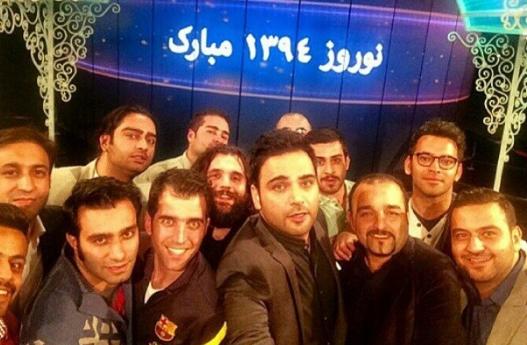 سلفی احسان علیخانی با همکارانش در پایان برنامه بهار نارنج