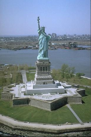 بیست سال انتظار برای گرفتن یک عکس لحظه برخورد صاعقه با برج آزادی آمریکا