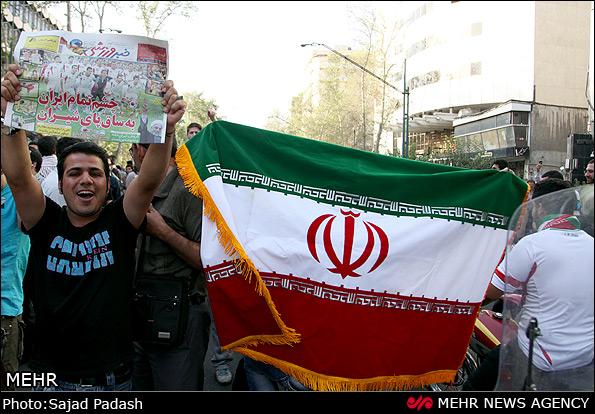 عکس از شادی مردم پس راهیابی ایران به جام جهانی ۲۰۱۴