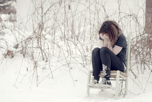 دختری که غم هایش را خودش میداند و دلش