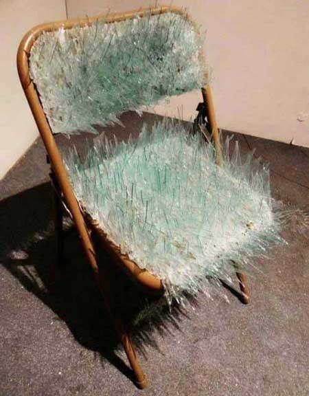 صندلی شیشه ای مخصوص شکنجه!!