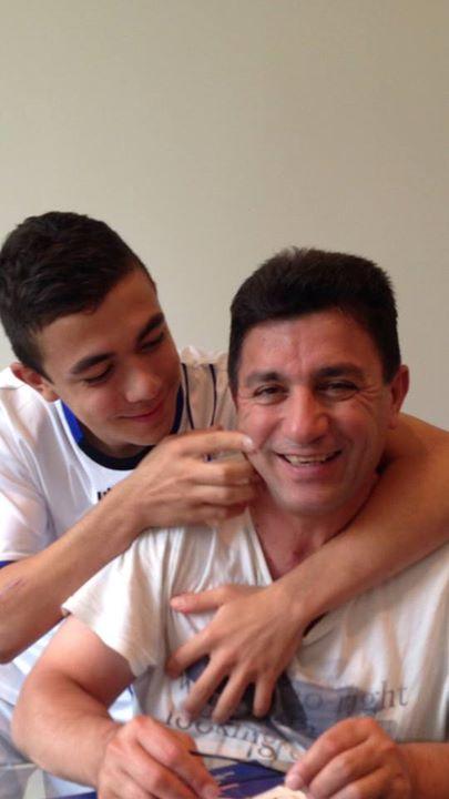 عکس خنده امیر قلعه نویی و شوخی پسرش با او