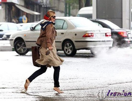 دختر در باران