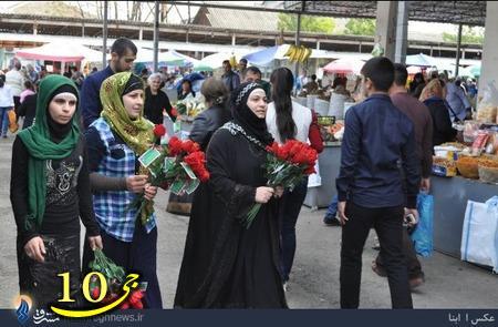 اهدای گل به زنان بیحجاب باکو +تصاویر