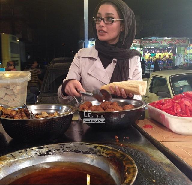 عکس تینا آخوند تبار در حال فلافل خوردن در اهواز