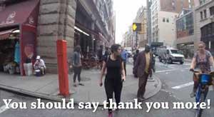 زن بدحجاب هنرمند باعث متلک پرانی عابران پیاده قرار می گیرد!+عکس