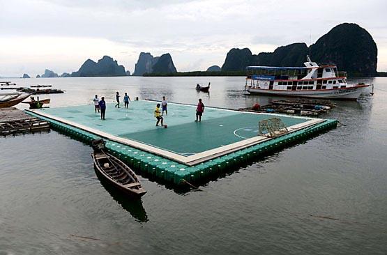 زمین فوتبال معلق در آب در تایلند (عکس)
