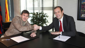http://rozup.ir/up/justbarca/news_6/messi_signed_contract_2.jpg