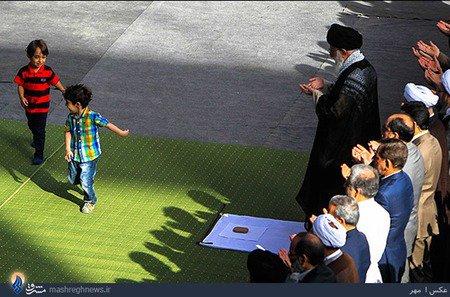 عکس دو کودک بازیگوش مقابل مقام معظم رهبری در نماز عید فطر