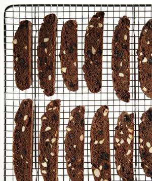 طرز تهیه کوکی شکلاتی با آلبالو
