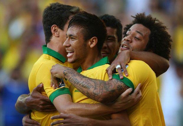 حاشیه های بازی دوستانه برزیل و پرتغال: نیمار قبل از بازی بالا آورد