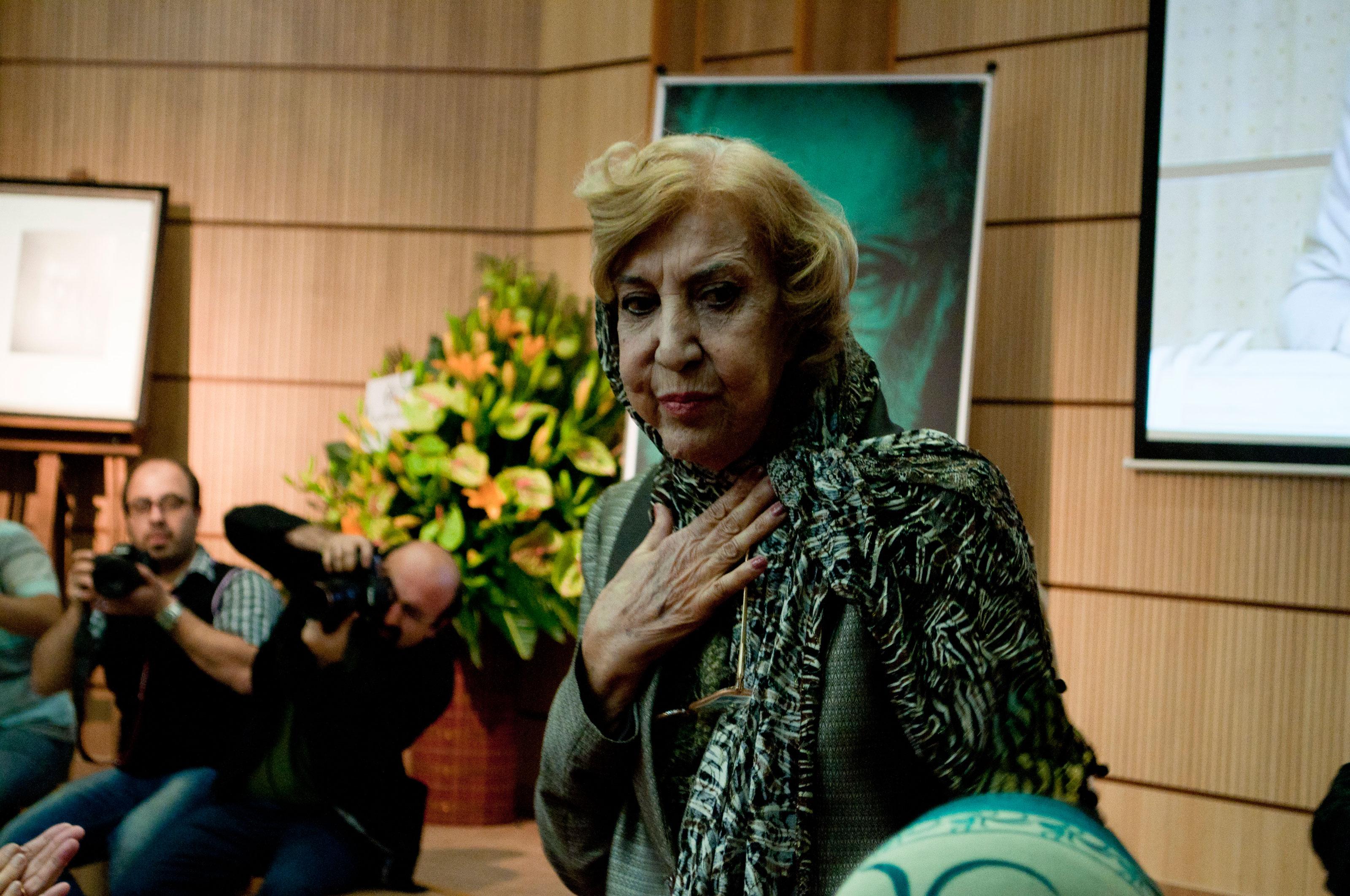 کف و سوت در مراسم تشییع و تدفین سیمین بهبهانی در روز شهادت امام صادق(ع) + فیلم