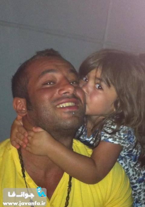 عکس یک دختر خوشگل در حال بوسیدن امیر تتلو