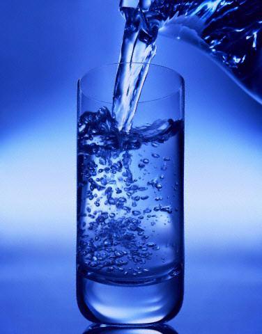 مضرات نوشیدن آب زیاد