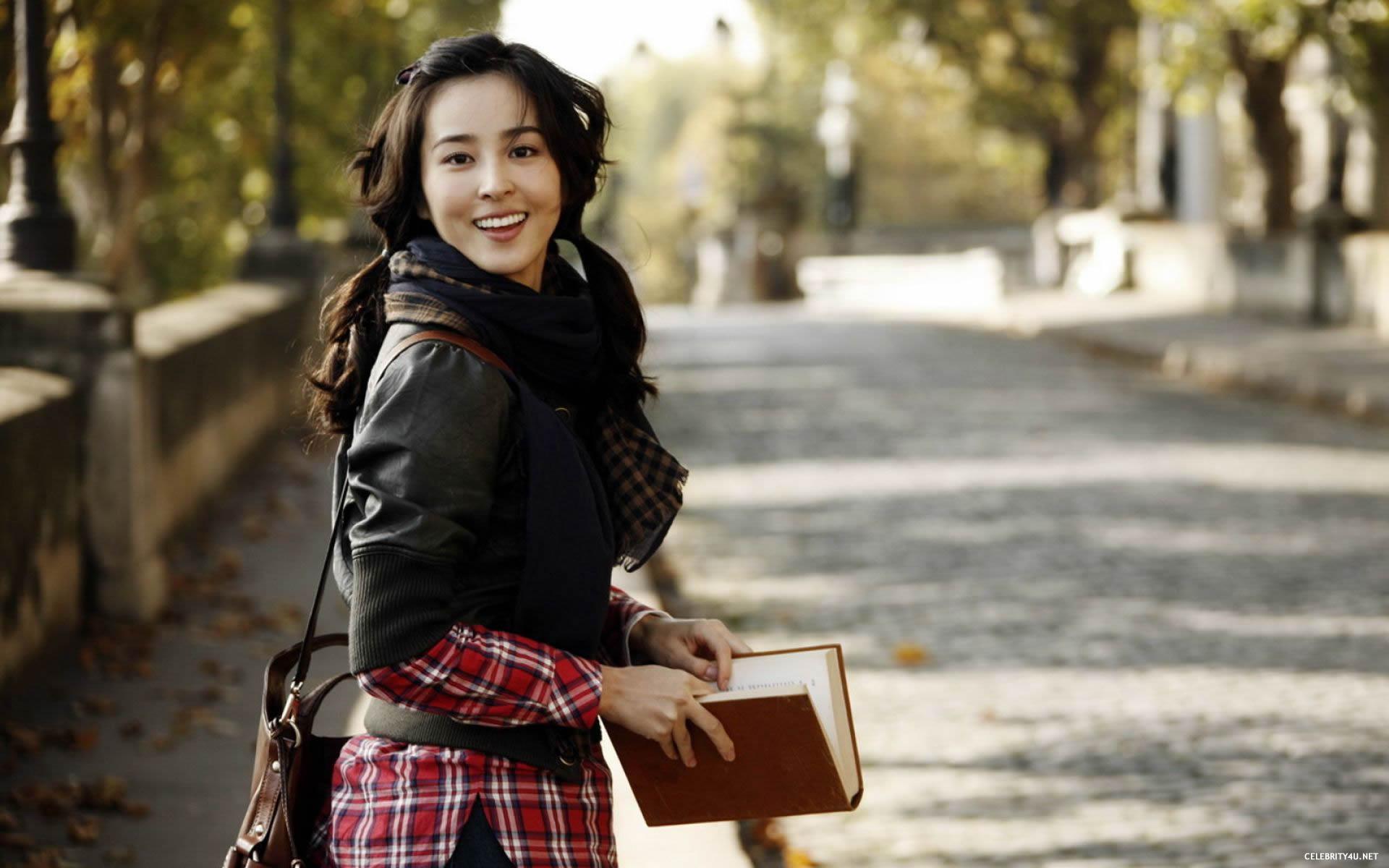 والپیپر دختر کره ای در پارک
