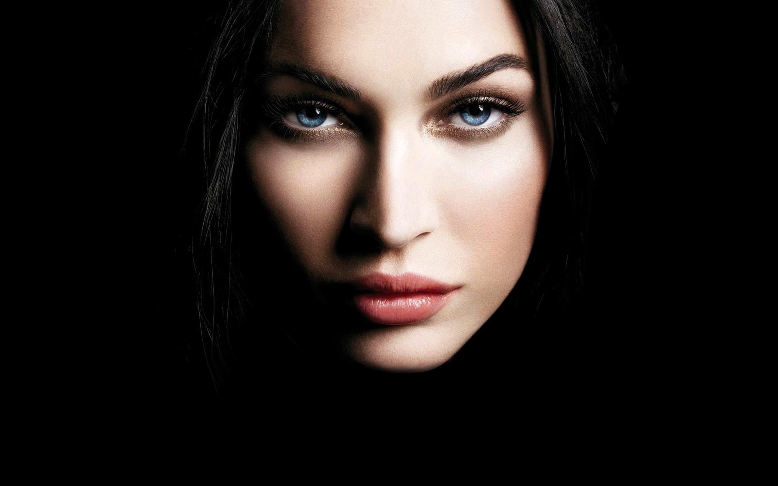 والپیپر دختر خوشگل با پس زمینه سیاه