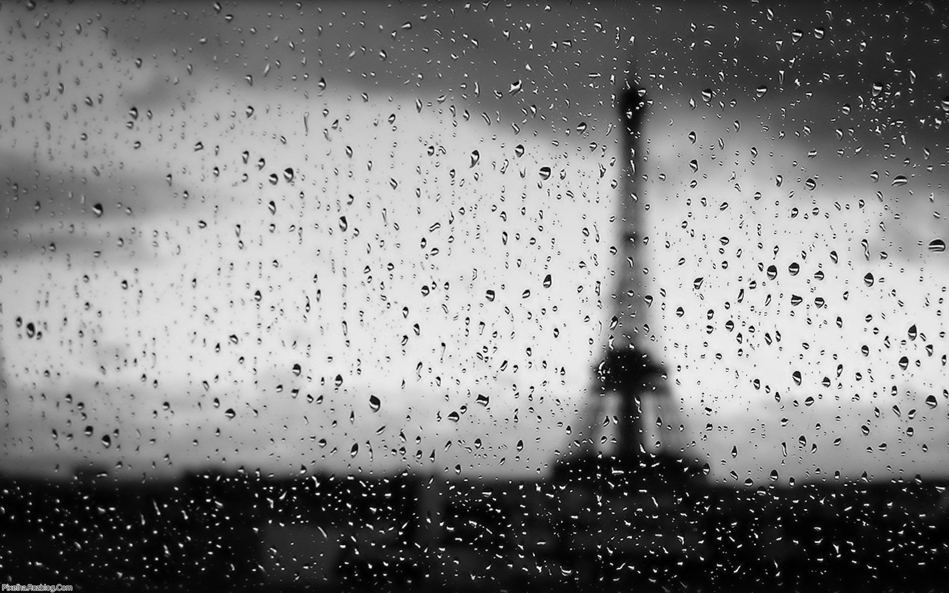 نمای برج ایفل از پشت شیشه بارانی