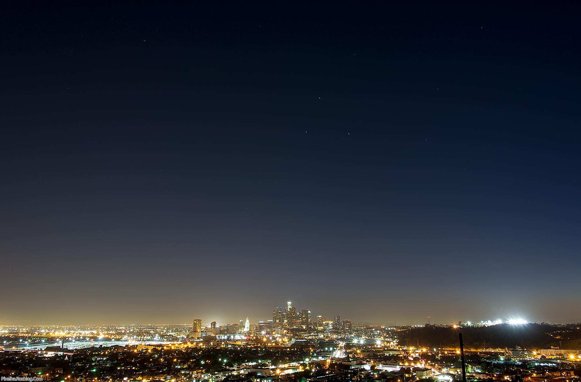 نمای آسمان شب تاریک در شهر