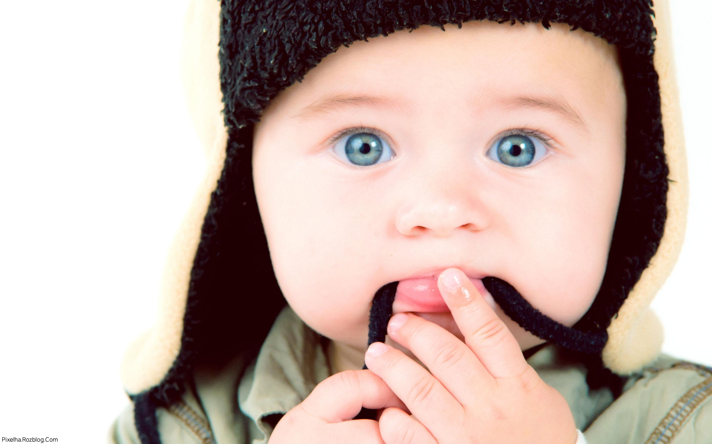 پسربچه با چشمان آبی و کلاه سیاه