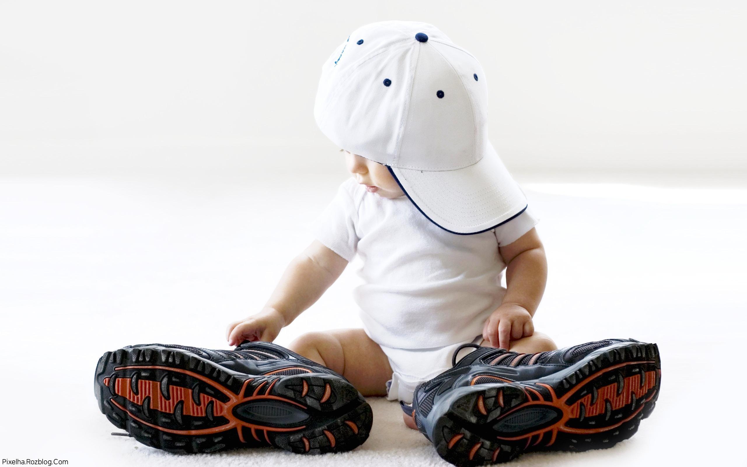 پسربچه خوشگل با کفش و کلاه بزرگ
