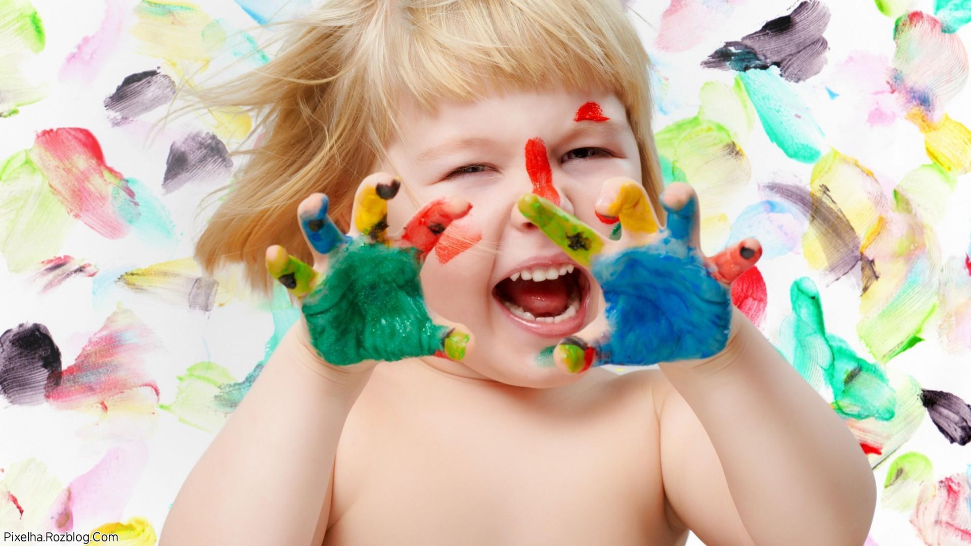 دختربچه با دستان رنگی