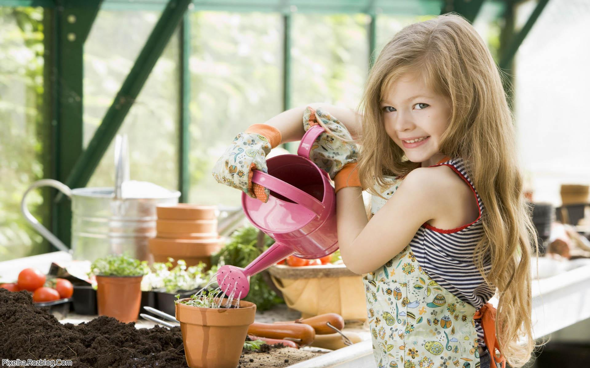 دختربچه باغبان