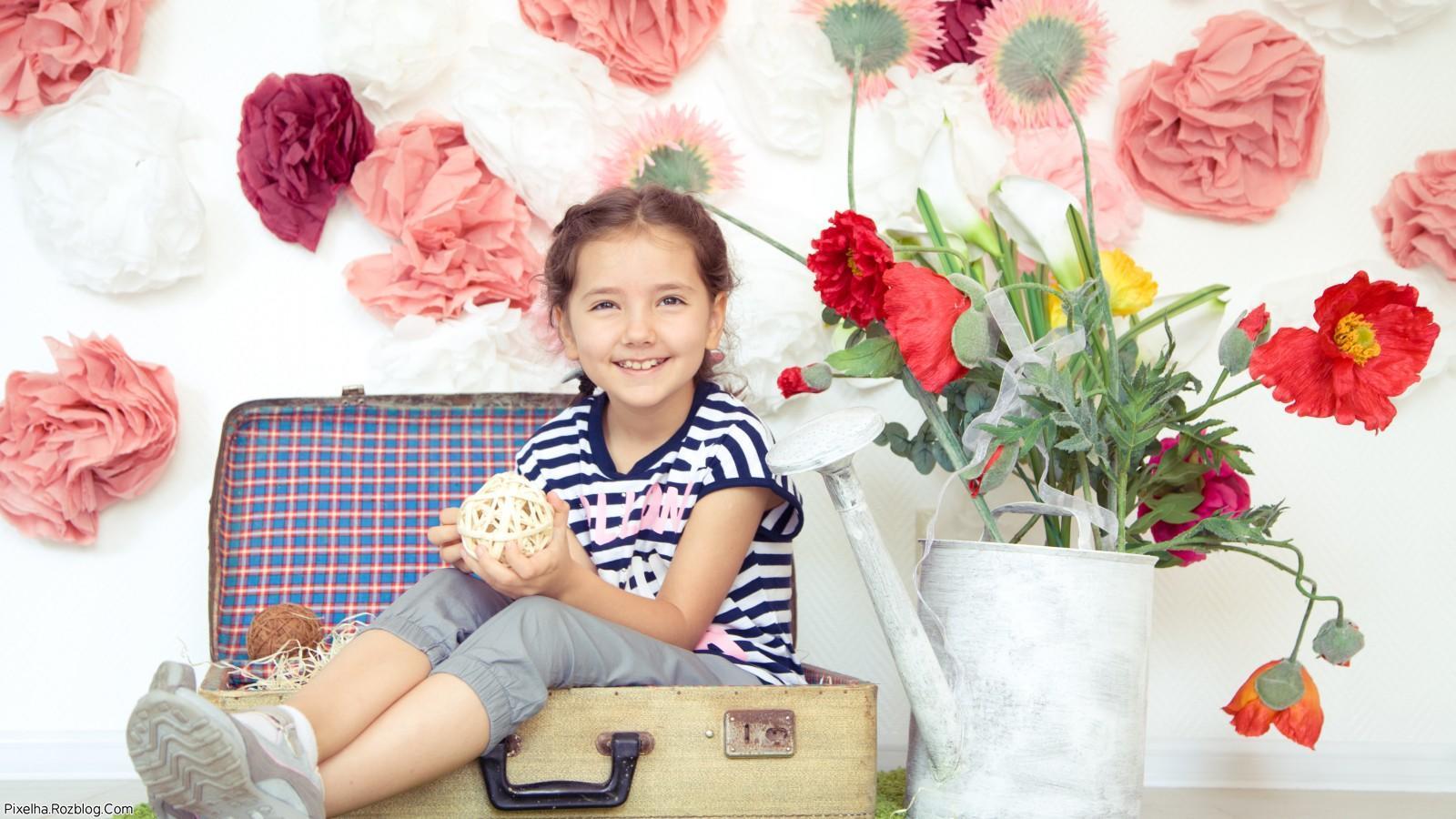 دختربچه زیبا در چمدان