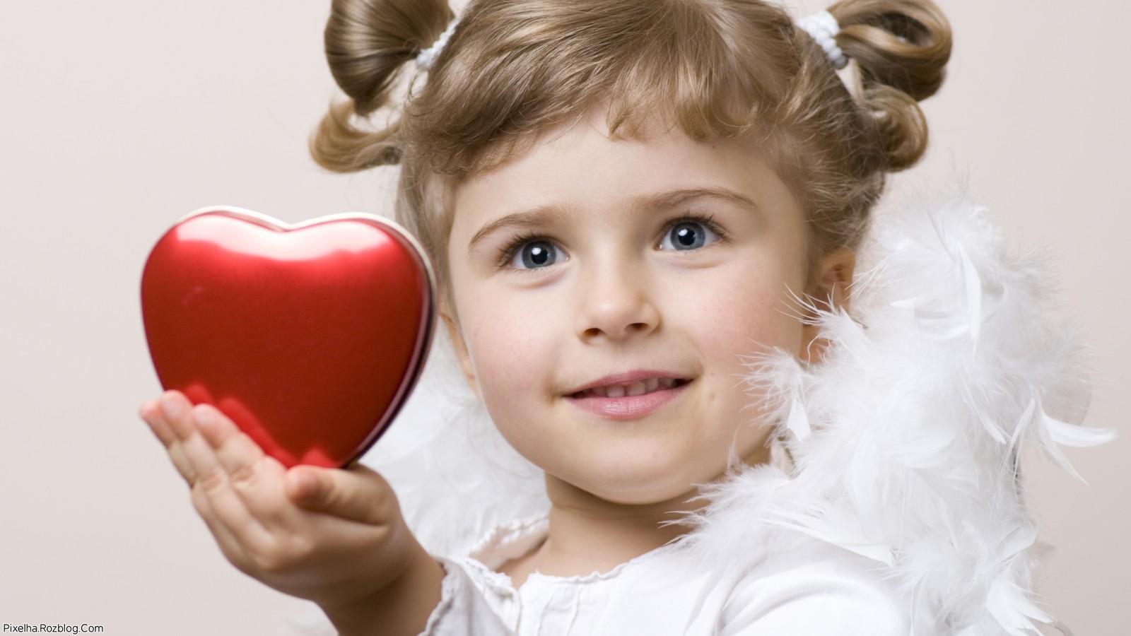 دختربچه و قلب سرخ