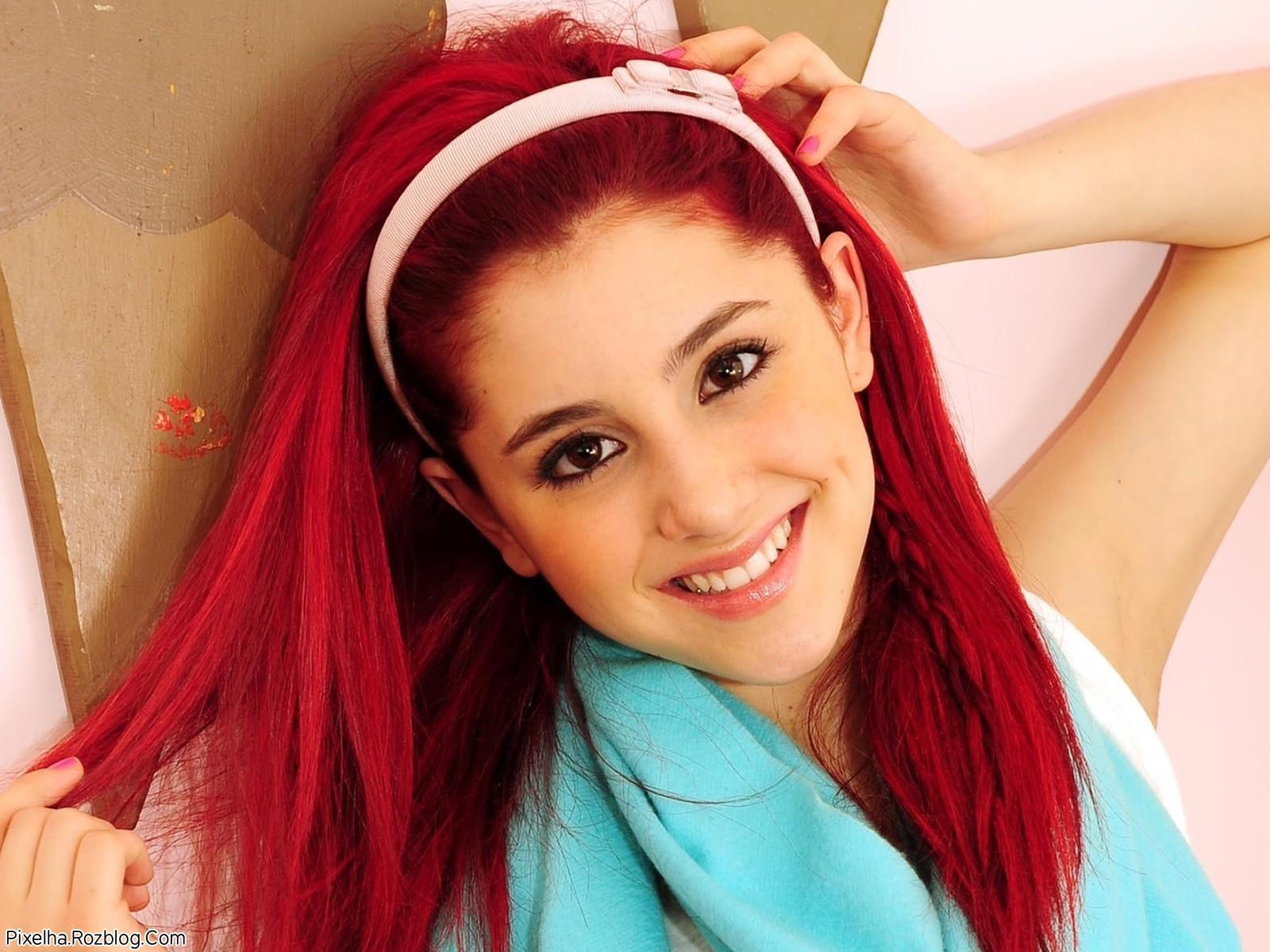 عکس Ariana Grande با موهای قرمز