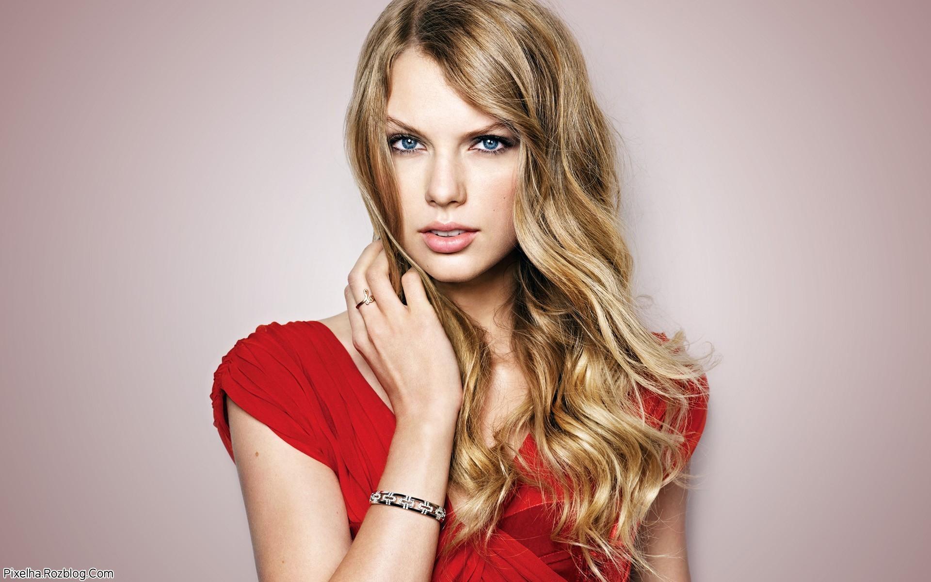 عکس Taylor Swift با لباس قرمز