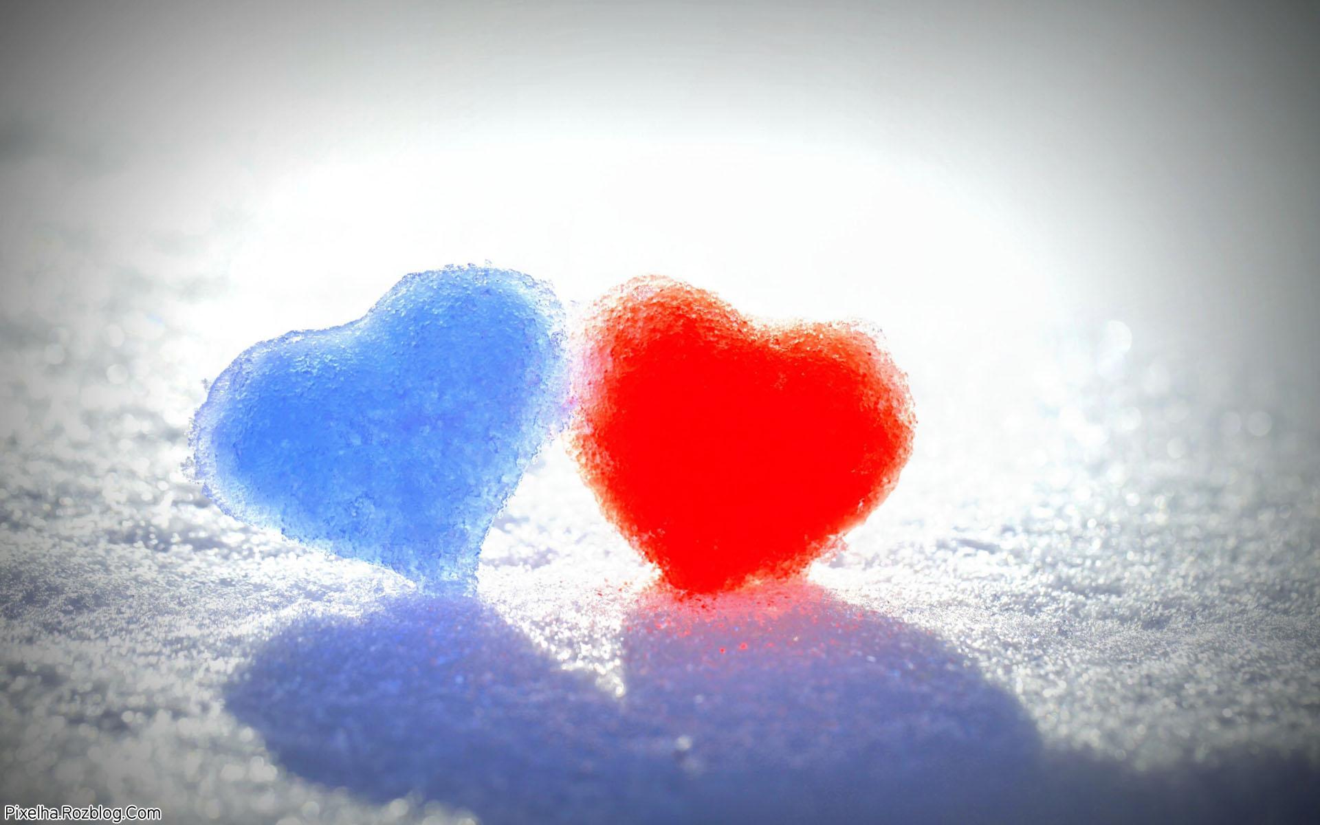 دو قلب آبی و قرمز برفی