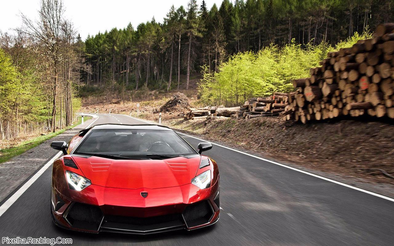 لامبورگینی قرمز در جاده