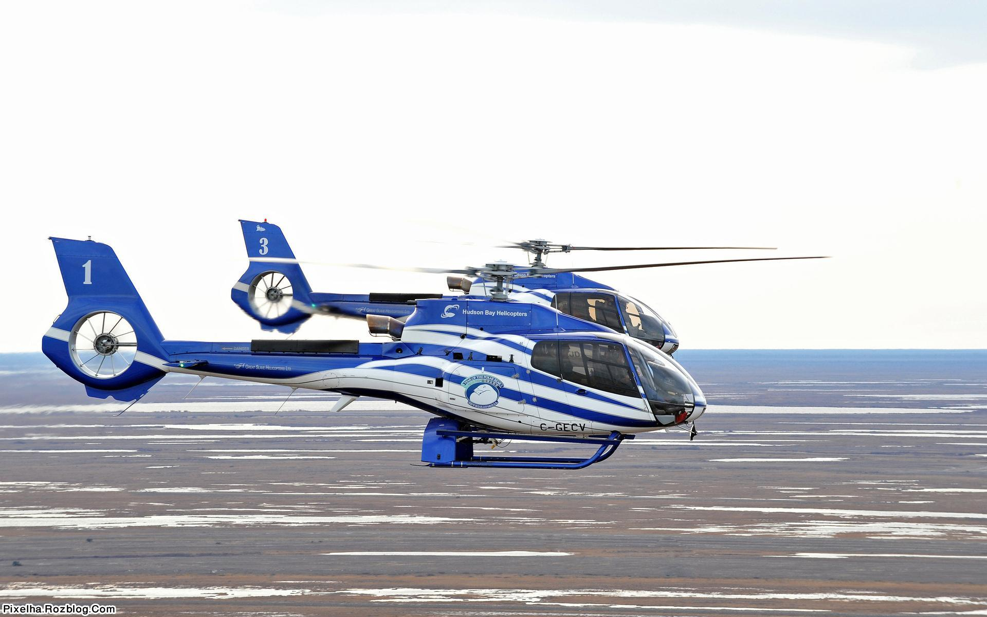 دو هلیکوپتر آبی رنگ