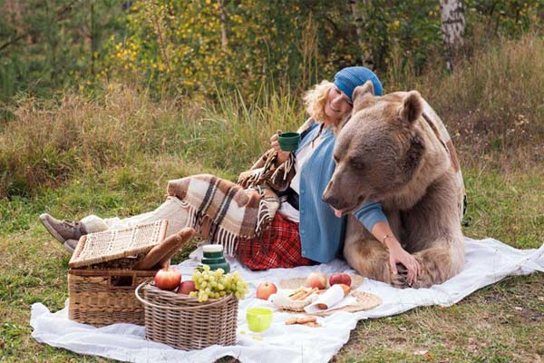 پيکنيک يک مادرودختر با خرس