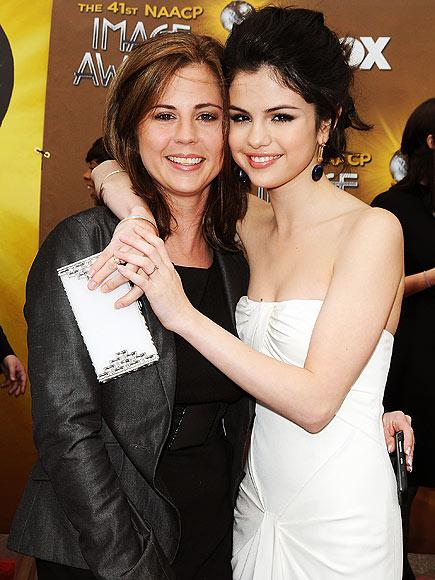 عکس سلنا گومز در کنار مادرش پدرش و خانواده اش   Selena Gomez's Mother