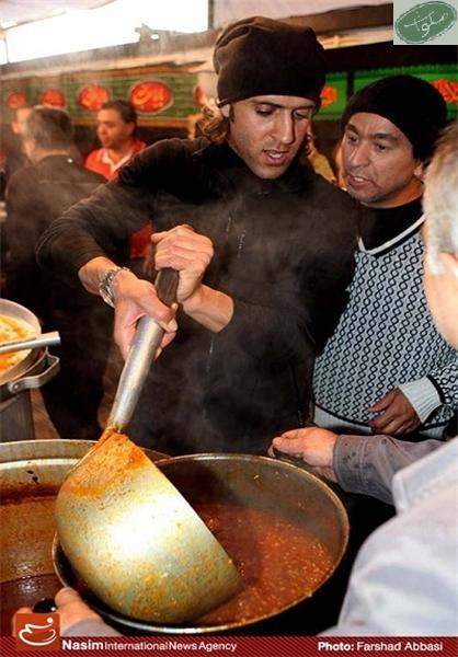 علی کریمی در حال آشپزی برای عزاداران امام حسین