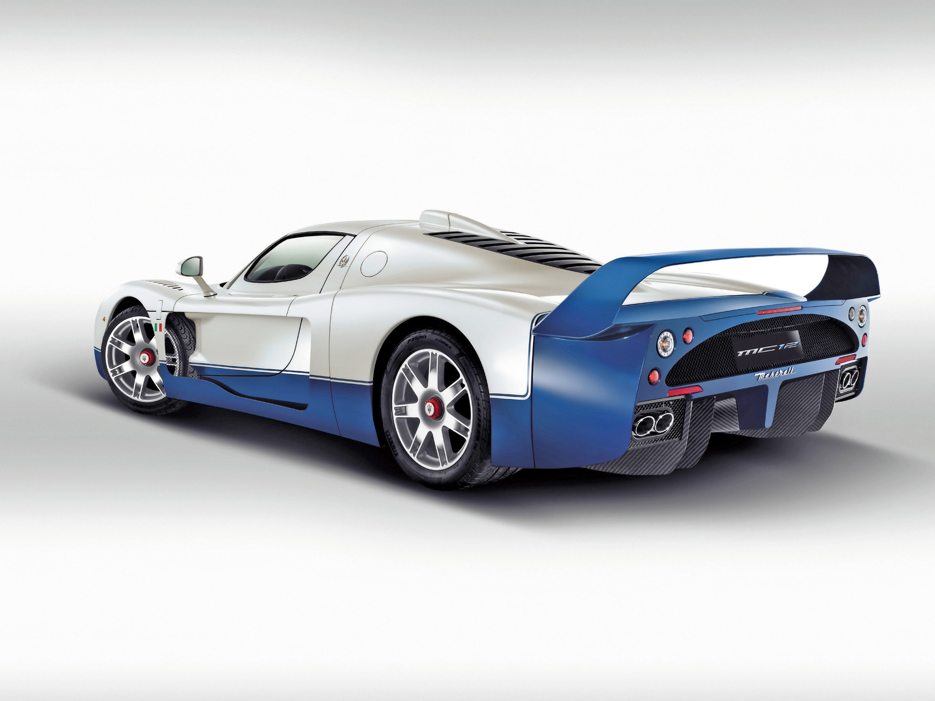 ماشین اسپورت آبی و سفید