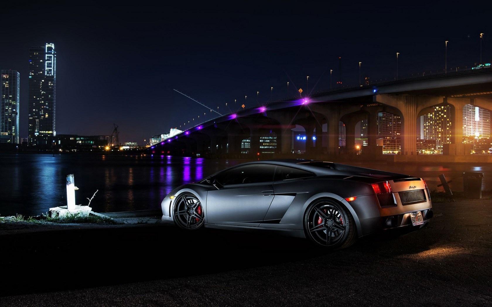 ماشین Lamborghini Gallardo روی پل و چراغ