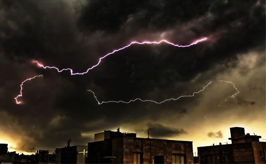 طوفان و رعد و برق کم سابقه چند شب پیش تهران ؛ فیلم و کامنتای مردم